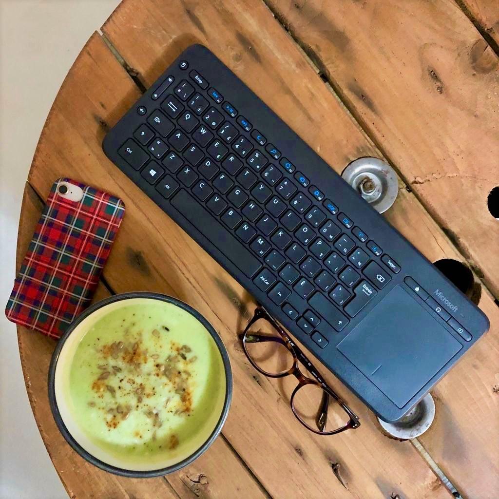 soupe courgette sur table